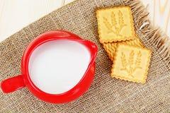 Melk in een Rode Aarden Pot stock afbeeldingen