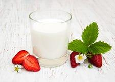 Melk en aardbeien Royalty-vrije Stock Afbeeldingen
