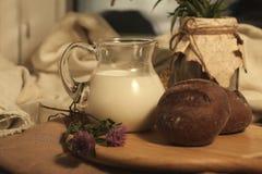 Melk en brood royalty-vrije stock afbeelding