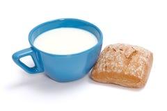 Melk en broodje Royalty-vrije Stock Afbeelding