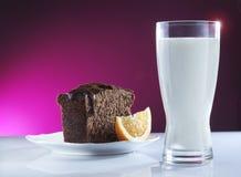 Melk en cake Royalty-vrije Stock Afbeeldingen