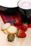 Melk en cappuccino met aardbeien en wafels Royalty-vrije Stock Fotografie