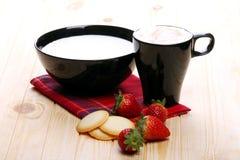 Melk en cappuccino met aardbeien en wafels Royalty-vrije Stock Foto