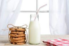 Melk en Chocoladebrokkenkoekjes Royalty-vrije Stock Fotografie