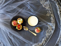 Melk en cupcakes op de lijst Royalty-vrije Stock Afbeeldingen
