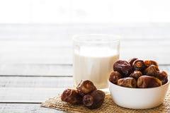 Melk en datafruit Moslim eenvoudig Iftar-concept Ramadanvoedsel en dranken royalty-vrije stock foto's