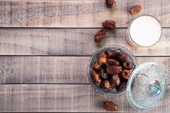 Melk en datafruit Moslim eenvoudig Iftar-concept Ramadanvoedsel en dranken stock fotografie