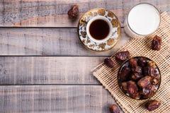 Melk en datafruit Moslim eenvoudig Iftar-concept Ramadanvoedsel en dranken stock afbeelding