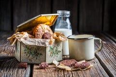 Melk en hazelnootkoekjes in doos Stock Foto