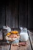Melk en hazelnootkoekjes voor ontbijt Royalty-vrije Stock Afbeelding