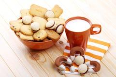 Melk en koekjes bij ontbijt Stock Afbeelding
