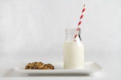 Melk en koekjes voor Santa Claus op horizontale Kerstnacht Stock Afbeeldingen