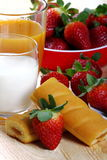 Melk en koffie en aardbeien Stock Foto's