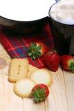 Melk en koffie met koekjes en aardbeien Royalty-vrije Stock Foto's