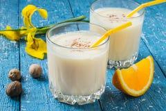 Melk en oranje cocktail met notemuskaat stock afbeeldingen