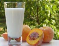 Melk en perziken royalty-vrije stock afbeeldingen