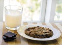 Melk en reuzechocoladeschilferkoekje Royalty-vrije Stock Fotografie