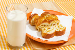 Melk en stukken van zoete pastei Royalty-vrije Stock Afbeelding