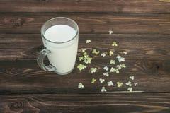 Melk in glas op lijst Stock Afbeelding
