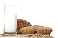 Melk in het glas en de broodjes. Royalty-vrije Stock Afbeeldingen