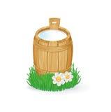 Melk in houten emmer die op wit wordt geïsoleerd Royalty-vrije Stock Afbeeldingen