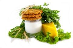 Melk, koekjes, kaas, peterselie, salade en oren. Stock Foto's