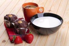Melk, koffie, muffins van chocolade en aardbeien Royalty-vrije Stock Afbeeldingen
