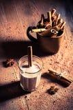 Melk met cacao en kaneel Stock Afbeelding