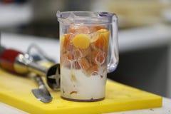 Melk met fruit in een mixer stock foto