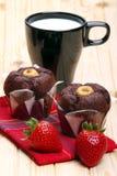 Melk, muffins en aardbeien voor ontbijt Stock Afbeelding