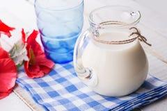 Melk op houten lijst Royalty-vrije Stock Afbeeldingen