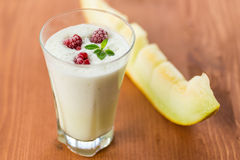 Melk smoothie met fruit stock afbeelding