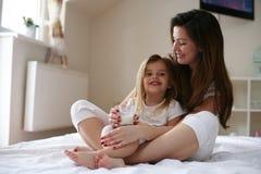 Melk vóór bed Moeder en dochteravondroutine stock afbeeldingen
