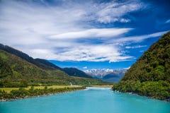 Melkachtig blauw ijzig water van Whataroa-Rivier in Nieuw Zeeland royalty-vrije stock foto