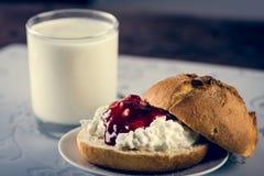 Melkachtig gezond ontbijt royalty-vrije stock foto
