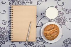 Melkachtig gezond ontbijt stock afbeeldingen