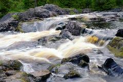 Melkachtig ijzig woedend rivierwater stock foto