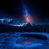 Melkachtig manier en Carezza-meer in Dolomiet bij nacht, Italië royalty-vrije stock fotografie