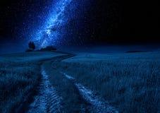 Melkachtig manier, landweg en gebied bij nacht, Toscanië stock afbeelding