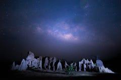 Melkachtig manierlandschap Sterrige nacht in Thailand stock afbeeldingen