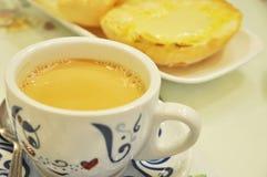 Melkachtig thee en kaasbrood Royalty-vrije Stock Afbeelding