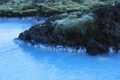 Melkachtig wit en blauw water van de geothermische bad Blauwe Lagune stock foto's