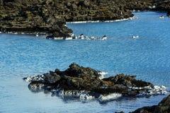 Melkachtig wit en blauw water van de geothermische bad Blauwe Lagune binnen royalty-vrije stock foto