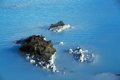 Melkachtig wit en blauw water van de geothermische bad Blauwe Lagune binnen stock afbeeldingen