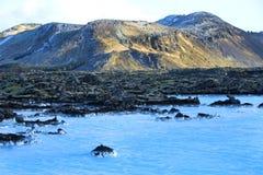 Melkachtig wit en blauw water van de geothermische bad Blauwe Lagune binnen stock foto's