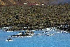 Melkachtig wit en blauw water van de geothermische bad Blauwe Lagune binnen stock foto