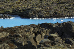 Melkachtig wit en blauw water van de geothermische bad Blauwe Lagune binnen royalty-vrije stock afbeeldingen