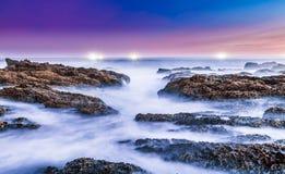 Melkachtig Zeewater over Rotsen bij de Kust royalty-vrije stock foto