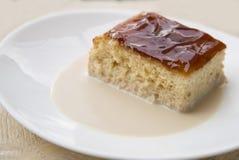 Melkachtige cake met karamel het toping stock afbeeldingen