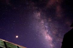 Melkachtige glaxy manier en sterren met de bovenkant van het huisdak Lange blootstellingspho stock fotografie